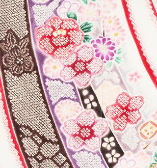 新潟県十日町の名門老舗メーカー関芳の総絞り振袖のネット宅配レンタルをご紹介しています。関芳総絞り振袖が帯もコーディネートされたフルセットレンタルでスマホから往復送料無料、クリーニング無し返却で簡単に借りる事ができる、のはとても便利です。