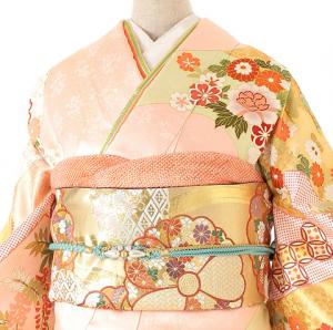 吉澤友禅振袖0012。結婚式のゲストで未婚の女性がドレスではなく、着物、振袖を着て出席したその理由、結婚式で振袖をレンタルにした理由など実際の口コミからまとめてみました。